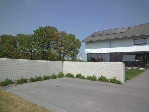 Die Energiewand aus Beton dient zur Grundstücksbegrenzung und der umweltfreundlichen Energieerzeugung. Foto: Hautec